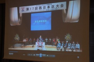 映し出された奈良傳賞表彰式の様子